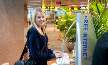 Anki vid dator på Singapore flygplats