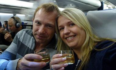 Anki & Lasse skålar för 10 gemensamma år på Qantas flyg
