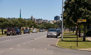 Vy över Perth från gatan vid Swan River på väg från vårt hotell
