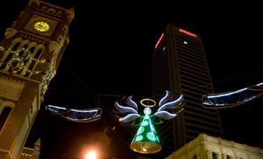 Julpyntad gata i Perth nattetid