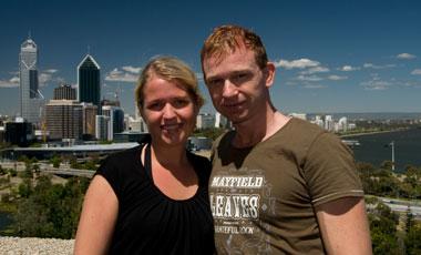 Anki och Lasse i Kings Park med Perth skyline i bakgrunden