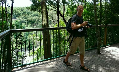 Lasse vid Barron falls, vid stopp på Skyrail rainforest cableway