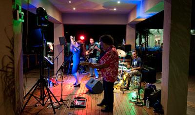 Bandet Lepricorn Sky spelar vid nyårsfirandet på Long Island Resort