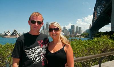 Lasse och Anki med Sydney operahus och Harbour Bridge i bakgrunden