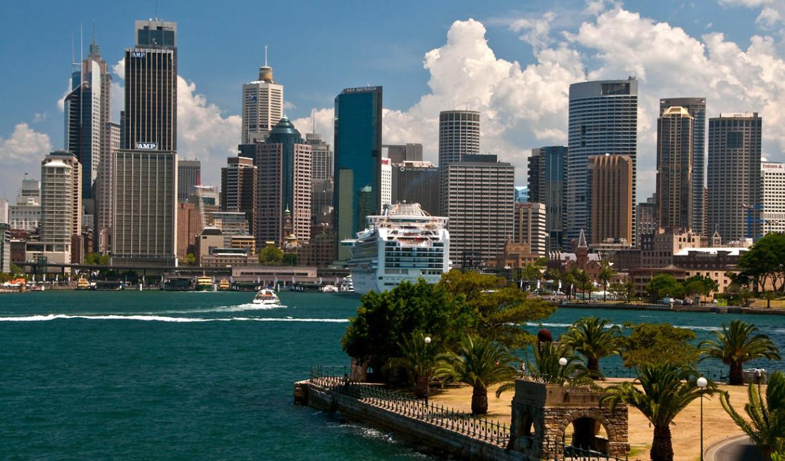 Sydney harbour sett från andra sidan Sydney Harbour Bridge