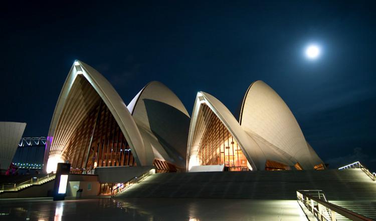 Fullmåne över Sydney Operahus