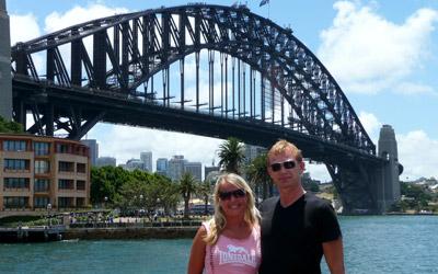 Anki och Lasse med Sydney harbour bridge i bakgrunden
