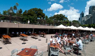Serveringar utmed operahuset och Sydney harbour