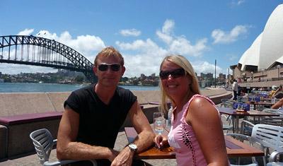 Lasse och Anki med ett glas vin vid servering vid Sydney operahus och Sydney harbour