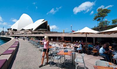 Anki lämnar servering vid Sydney operahus och Sydney harbour
