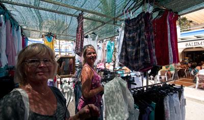 Aina och Anki på Esteponas söndagsmarknad
