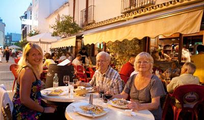 Anki, Aina och Sven-Åke på Aguilar restaurang i Estepona