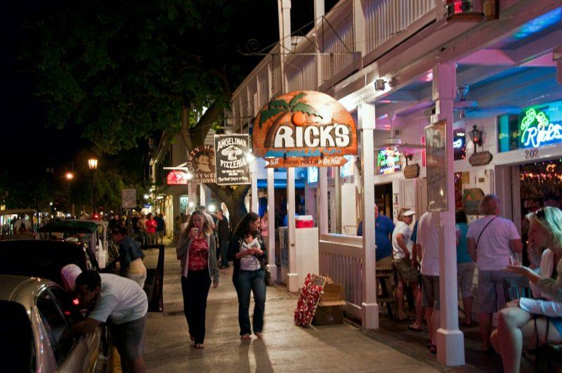 Längs trottoaren på Duval Street, Key West