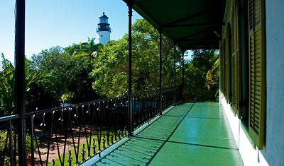 Utsikt från balkongen som går runt övervåningen på huset, Ernest Hemingway Home, Key West
