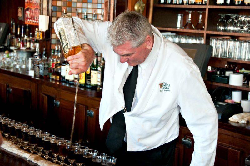 Bartender häller Whisky på Irish Coffee