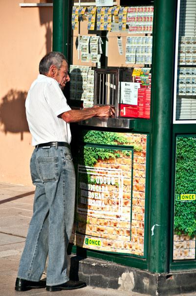Man köper lotter i Estepona