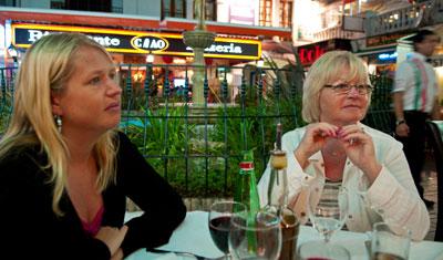 Anki och Aina på restaurang i La  Duquesa