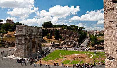 Utsikt över Arch of Constantine från Colosseum, Rom