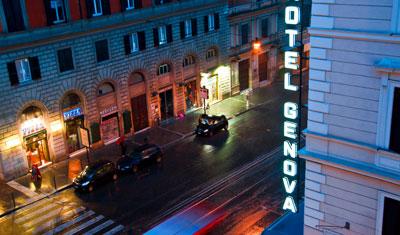 Utsikt över regnig gata från Dubbelrum, Hotel Atlantico, Rom