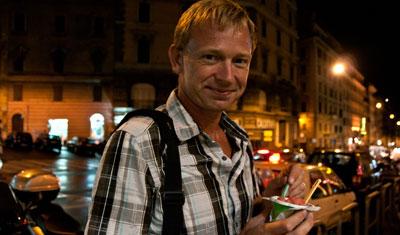 Lasse tar en glass på väg tillbaka till hotellet, Rom