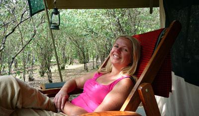 Anki slappar på verandan JK Mara Camp, Kenya