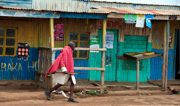 Masaj i en enkel by längs vägen till Nairobi, Kenya