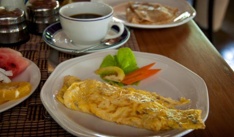 Omelett till frukost på Chateau St Cloud, La Digue Seychelles