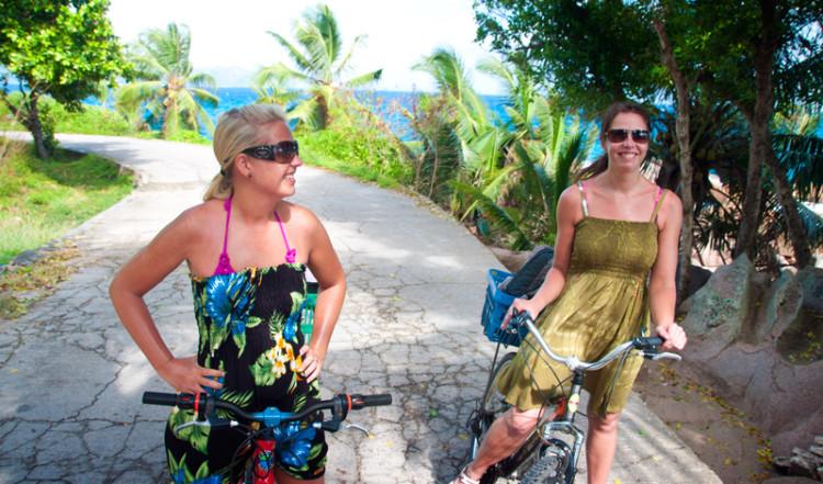 Anki och Christina cyklar på La Digue, Seychelles