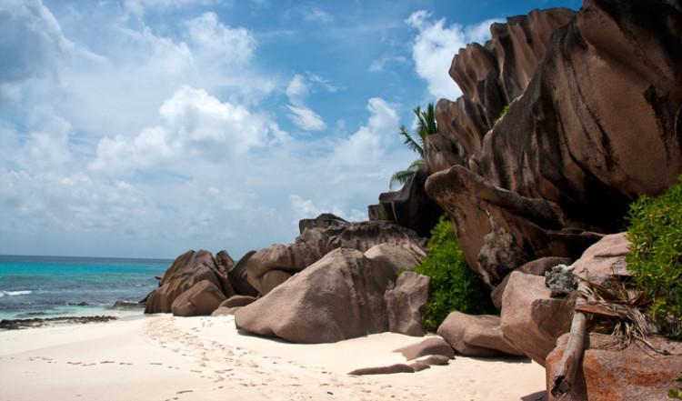 Granit klippor vid Grand Anse, La Digue Seychellerna