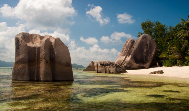 Vy av Anse Source Dargent från vattnet, La Digue Seychellerna
