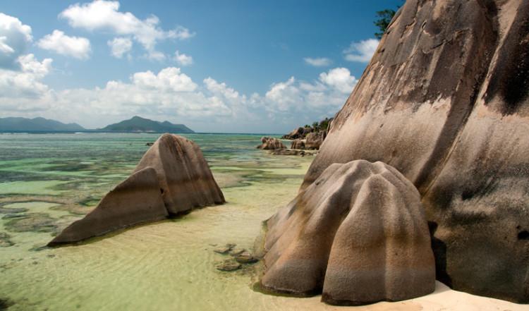 Klipporna vid Anse Source Dargent från vattnet, La Digue Seychellerna