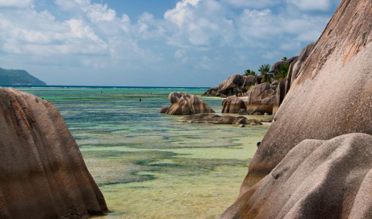 Mellan kllipporna vid Anse Source Dargent från vattnet, La Digue Seychellerna