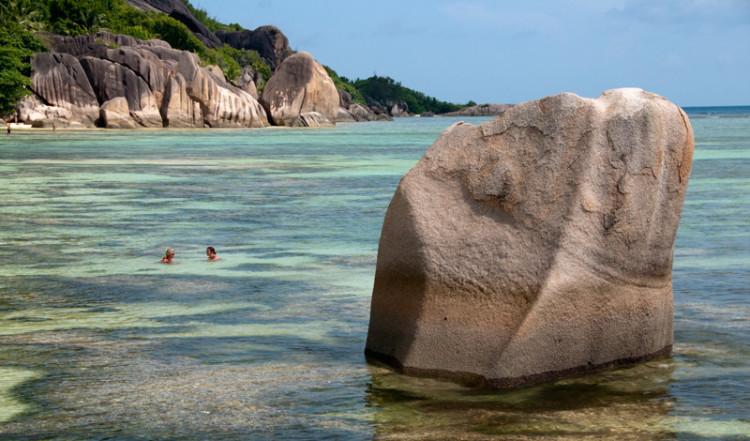 Långgrunt vid Anse Source Dargent från vattnet, La Digue Seychellerna