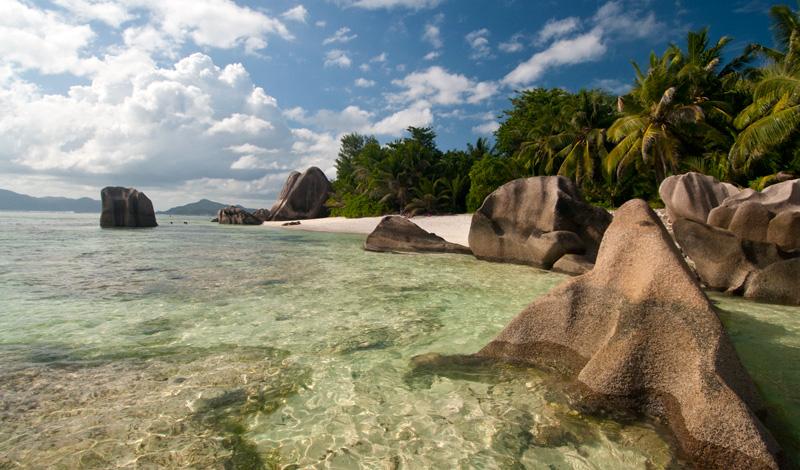 I det sköna vattnet vid stranden Anse Source Dargent, La Digue Seychellerna