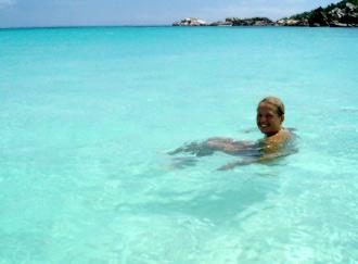 Anki badar vid Grand Anse strand, La Digue, Seychellerna