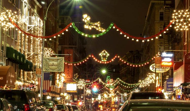 Ljus och dekorationer under kvällen i Little Italy, New York