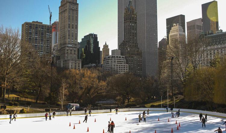 Skridsko åkning vid isrinken i Central Park, New York City