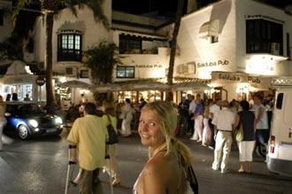 Anki vid Salduba Pub, Puerto Banús