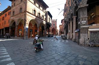 Gata i centrala Bologna, Italien