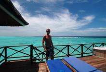Lasse njuter av altanen, Vilu Reef