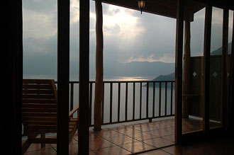 Utsikt från Lomas De Tzununa, Atitlán sjön, Guatemala