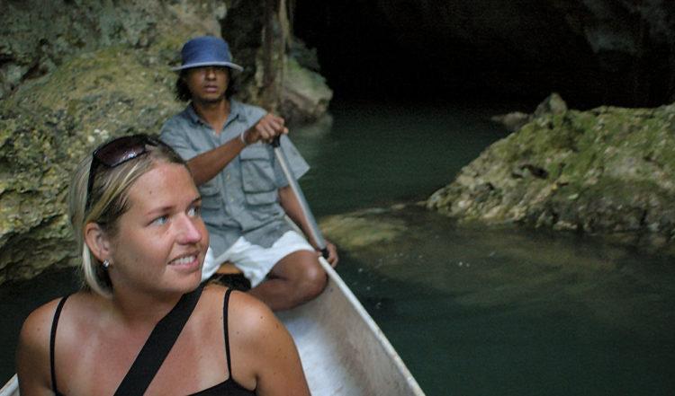 Anki i kanot vid Barton Creek, Belize