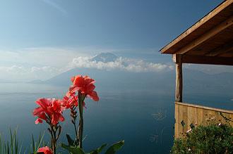 Utsikt från Lomas De Tzununás, Atitlán sjön, Guatemala