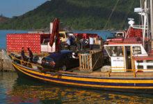 Båt mellan Praslin och Mahe som även transporterar bil, Seychellerna