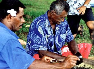Hövdingen på Nacula Island och en av hans närmaste män förbereder kava