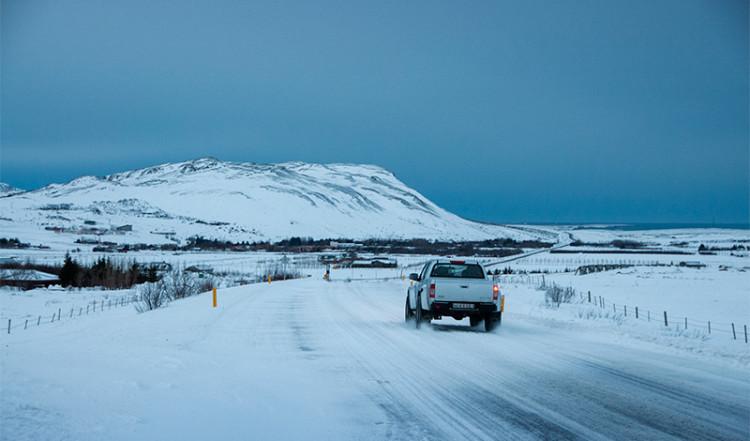 Landsväg strax utanför Reykjavik, Island