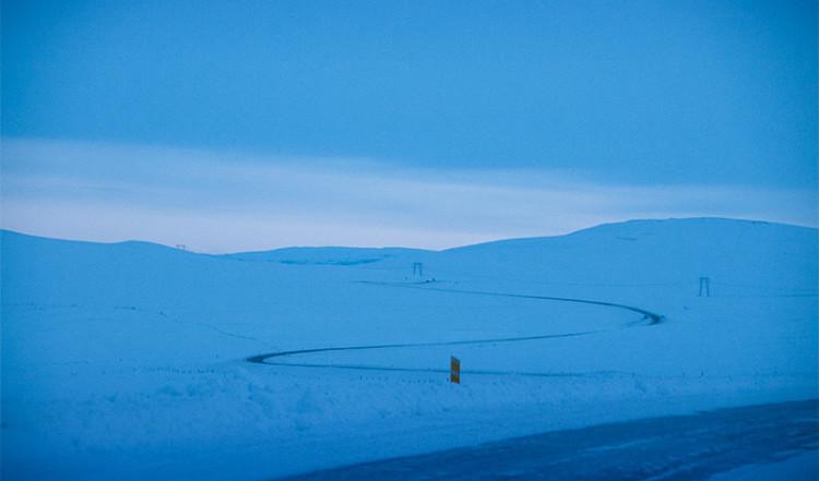 En slingrig vinterväg på Island