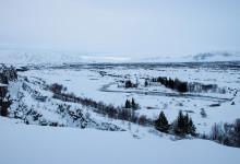 Almannagjá där kontinentalplattor möts vid Þingvellir National Park, Tingvalla Island