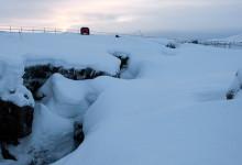 Snö på klyftan skapad av kontinentalplattorna vid Tingvalla Island