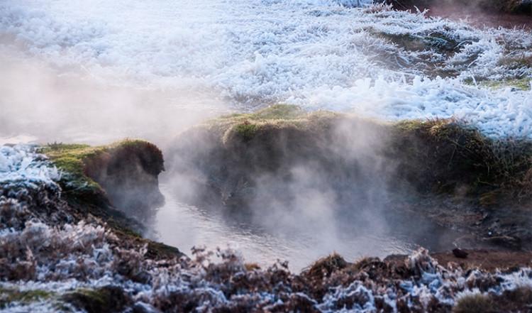 Frost i gräs och mossa runt lilla Geysir